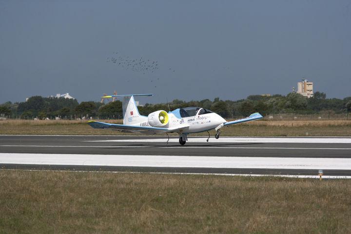 Vidéo – L'E-Fan d'Airbus réalise la première traversée de la Manche par un avion électrique – L'Usine de l'Aéro