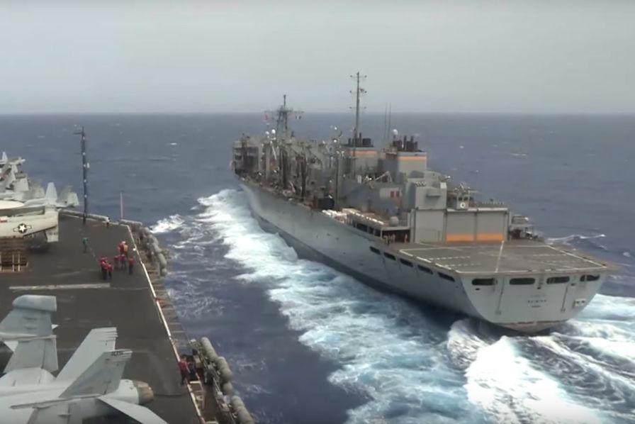 Quand un porte-avions est ravitaillé au milieu de l'océan – L'industrie c'est fou