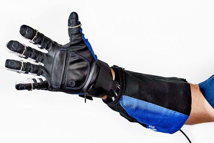 Les salariés d'Airbus auront bientôt plus de force grâce à un gant robotique