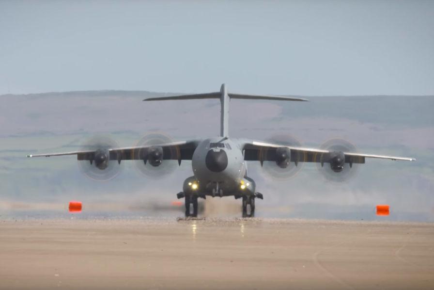 [En images] Un Airbus A400M se pose (très facilement) sur une plage