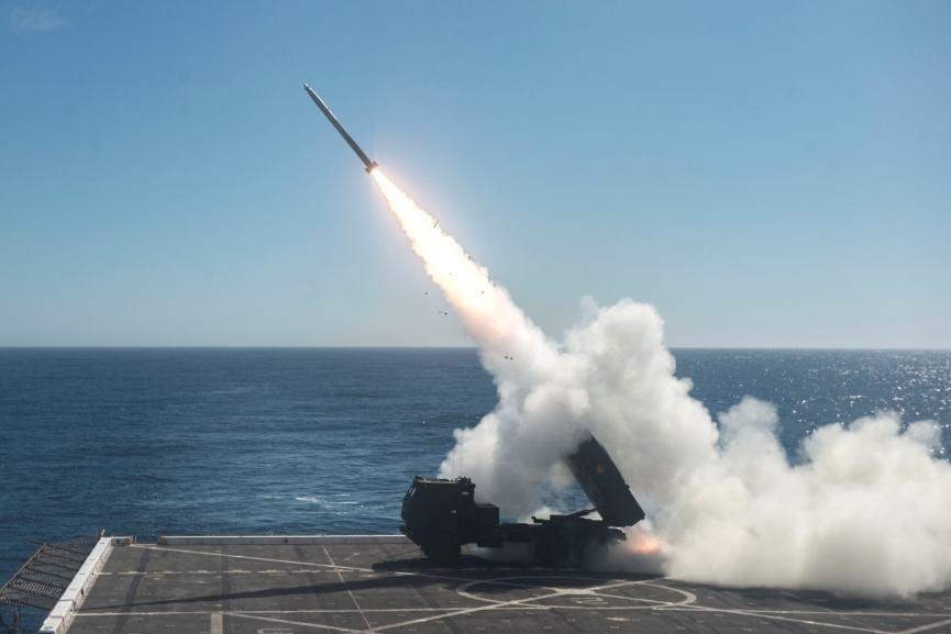 US Navy : Tir de roquette depuis le pont d'un bâtiment amphibie
