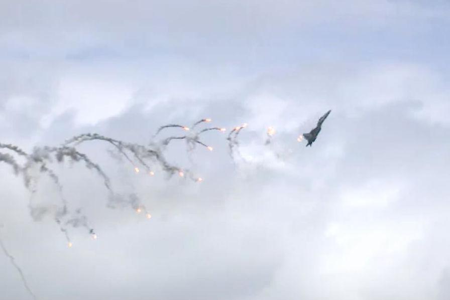 [Vidéo] Sukhoi Su-30, F-15 et F-16 lâchent des leurres dans le ciel de Singapour