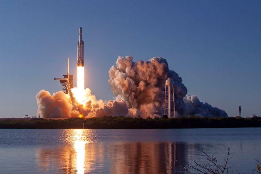 [Vidéo] La super fusée Falcon Heavy de SpaceX réussit son premier vol commercial et rapatrie sur terre ses trois propulseurs – L'Usine Aéro